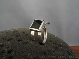 Ring K64 offene Ringschiene mit polierterOberfläche mit schwarzer Turmalin in Kastenfassung Fair Trade Silber (925)