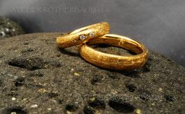 Trauring K101 halbrund Profil mit hoher Seite Fairtrade Gold 585 rosé 3 Stück Brillanten 0,035 ct.