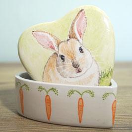 Koesterdoosje hartvormig met blond konijn