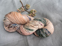 welthase bfl XL 150g fingering Happy Champagne Dots (speckled)