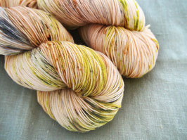 welthase bfl XL 150g fingering morning glory dots