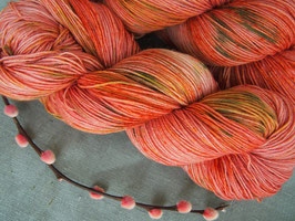 welthase bfl XL 150g fingering strawberry fields unique dots
