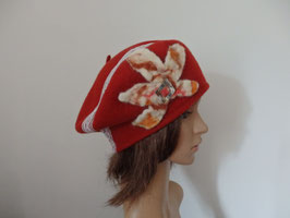 Béret dentelle et fleur en laine feutrée à la main