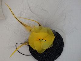 Bibi fleur jaune montée sur rond de paille noir.