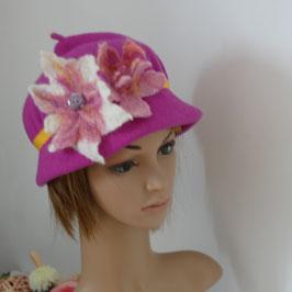 FB01 Chapeau cloche en laine feutrée fuchsia. Fleurs en feutre feutrée à la main