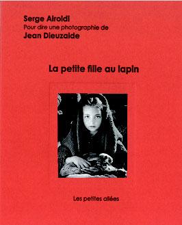 La petite fille au lapin, texte de Serge Airoldi sur une photographie de Jean Dieuzaide