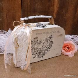 Kleiner Koffer shabby Deko vintage Stil in creme weiß mit Herz Motiv, Verzierung, Spitze und rosa Schleife
