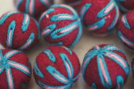 25 Filzkugeln 2cm bestickt - ziegelrot, blau-rosa Fäden