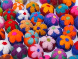 30 Filzkugeln mit Blumen