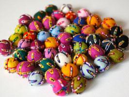 50 Filzkugeln 2,3 cm, bestickt mit Perlen bunt