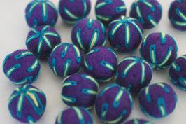25 Filzkugeln 2cm bestickt - violet, blau-grüne Fäden
