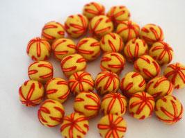 25 Filzkugeln 2cm bestickt - gelb, rote Fäden