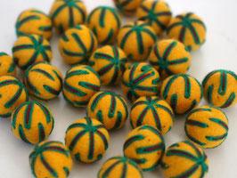 25 Filzkugeln 2cm bestickt - gelb, dunkelgrüne Fäden
