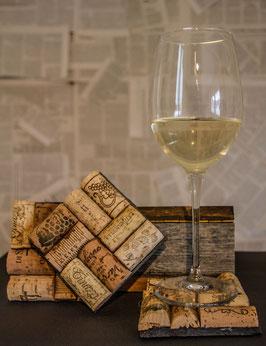 Weinkorken-Glasuntersetzer auf Schiefer