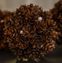 Deko Kugel mit Mini-Tannenzapfen & weissen Perlen