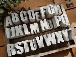 Beton-Buchstaben