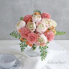 商品名  カーネーションとラナンキュラスの母の日ブーケ(ガラス花器付き)