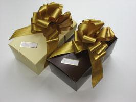 2x 700g Belgische Pralinen in braun und beigefarbigem Ballotin mit goldener Schleife