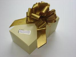700g Belgische Pralinen in beigefarbigem Ballotin mit goldener Schleife