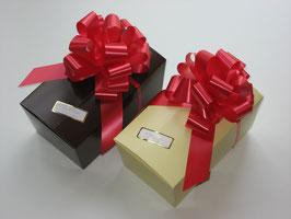 2x 700g Belgische Pralinen in braun und beigefarbigem Ballotin mit roter Schleife