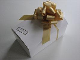 250g Belgische Pralinen in weißem Ballotin mit goldener Schleife
