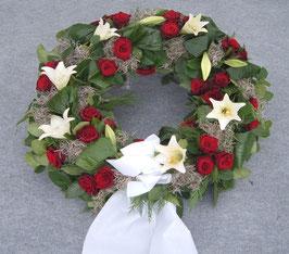 Trauerkranz, rund gesteckt, klassische Blüten (#0216)
