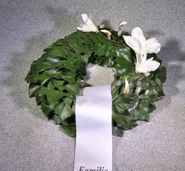 Trauerkranz mit Efeu und Blüte