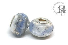 Eine handgedrehte Glasperlen mit Asche und Lederband - weiss/hellblau