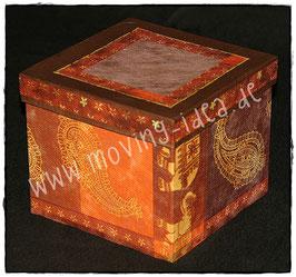 Schachtel mit goldenen Ornamenten