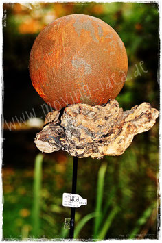Gartenstecker mit rostiger Kugel