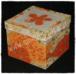 Schachtel mit Blumenmuster