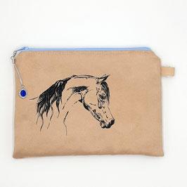 Pferd auf hellbraunem Stoff, Alcantara Imitat (hochwertiges Velourslederimitat)