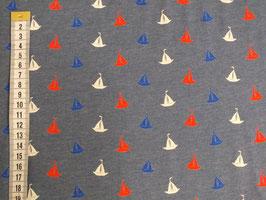Jerseystoff mit weißen, blauen und roten Segelschiffen