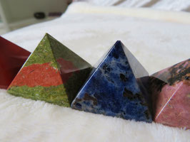 Edelsteen pyramides