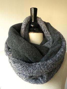 Rundschal aus grauem Feinstrick und Fleece