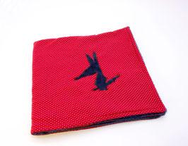 Couverture bleu marine et rouge à pois blancs