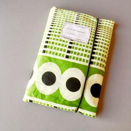 Pochette pour carnet de santé en tissu wax géométrique vert