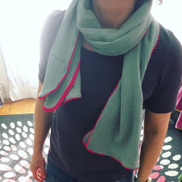 Foulard vert d'eau à ponpons roses fushia