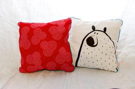 Coussin rouge avec illustration originale ours