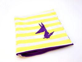 Couverture violette et blanche rayé jaune