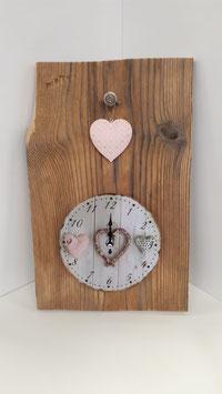 Altholzbrett mit Shabby Chic Uhr und rosa Herz