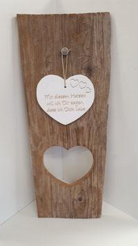 Altholzbrett mit Herzausschnitt und aufgehängdem Herz