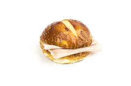 Rundes Laugenbrot-Sandwich mit Fleischkäse