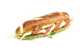 Laugensandwich lang mit Tomaten-Mozzarella
