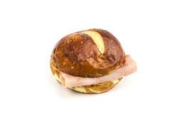 Rundes Laugenbrot-Sandwich mit Schinken