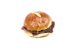 Rundes Laugenbrot-Sandwich mit Bündnerfleisch