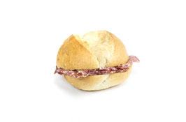 Semmeli-Sandwich mit Salami
