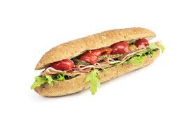 Parabrot-Sandwich mit Rohschinken, Wildpeperoni und Rucola