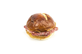 Rundes Laugenbrot-Sandwich mit Salami