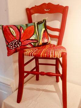 Chaise ancienne en bois naturel, paillée en torons de tissus rouge et roses, dossier coeur